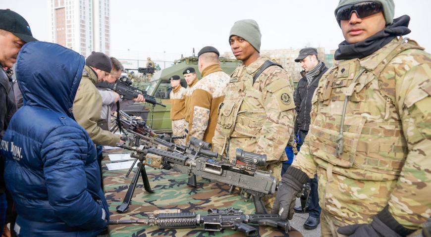 Рядом с машинами военные устроили выставку стрелкового вооружения