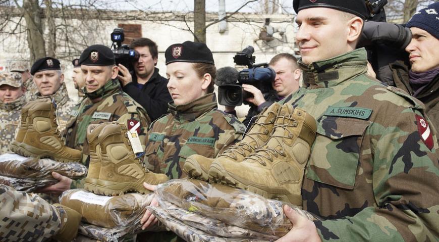 Бойцы земессардзе Латвии получают новую форму