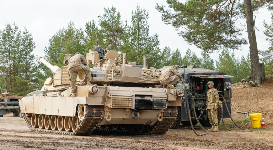Заправка топливом танка Abrams M1A2