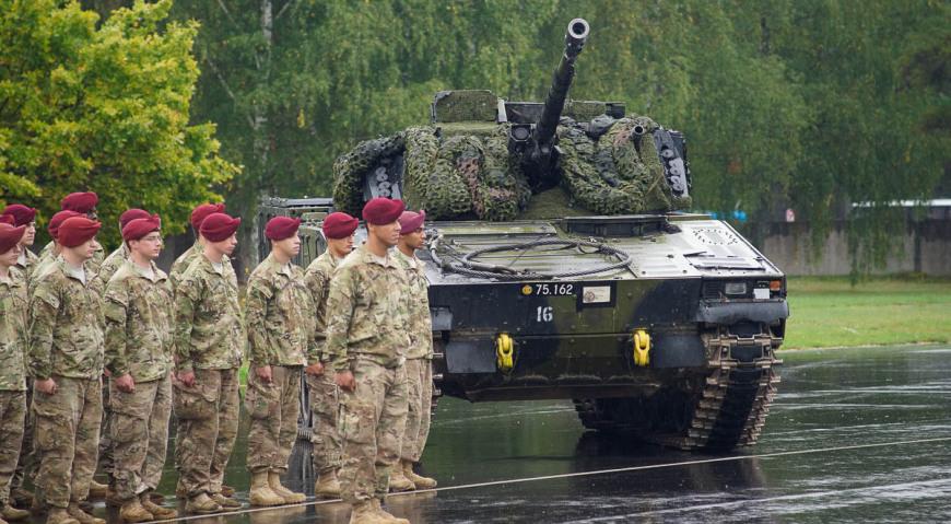 Подразделение армии США и датский БМП CV-9035