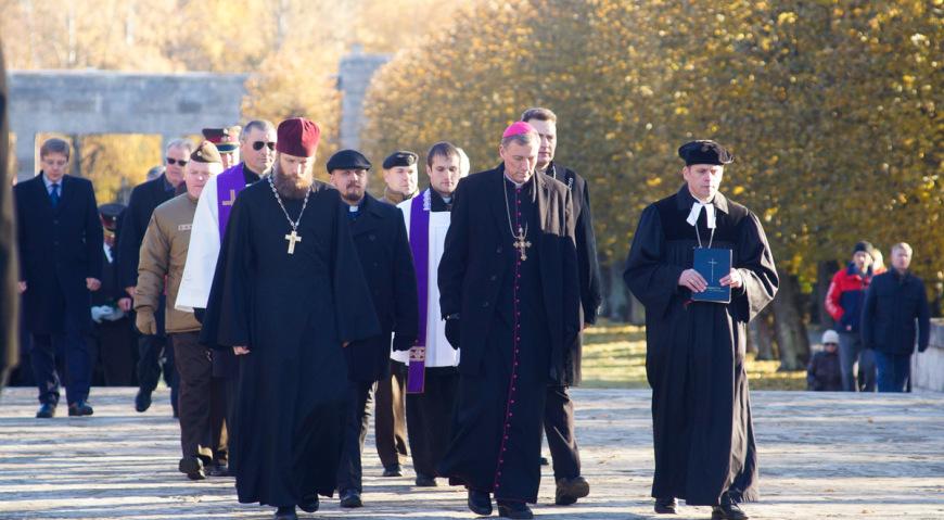 Впереди процессии священики разных конфессий