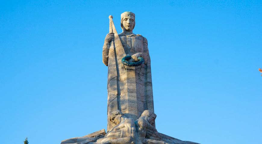 Монумент родина-мать Латвия на Братском кладбище