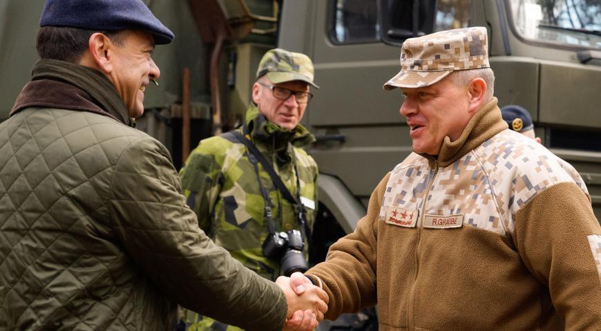 Командующий НВС генерал-лейтенант Раймонд Граубе и посол Швеции в Латвии Хенрик Ландерхольм