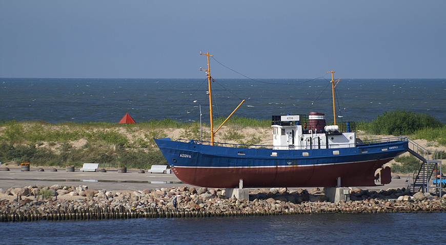 Рыбаловецкое судно Азов у Южного мола города Вентспилс