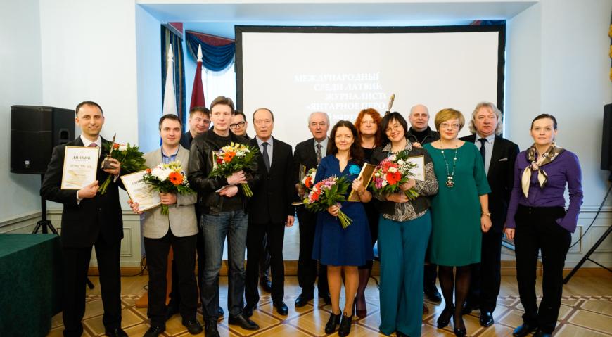 Общее фото победителей, членов жюри и посла