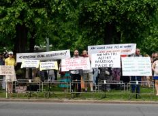 Пикет медиков и учителей музыкальных школ у здания Кабинета министров
