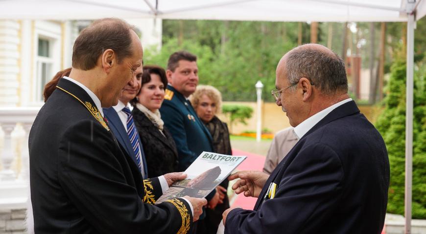 Юрий Мелконов приветствует Александра Вешнякова