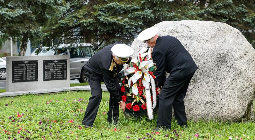 Возложение цветов к Памятнику лётчикам Балтики