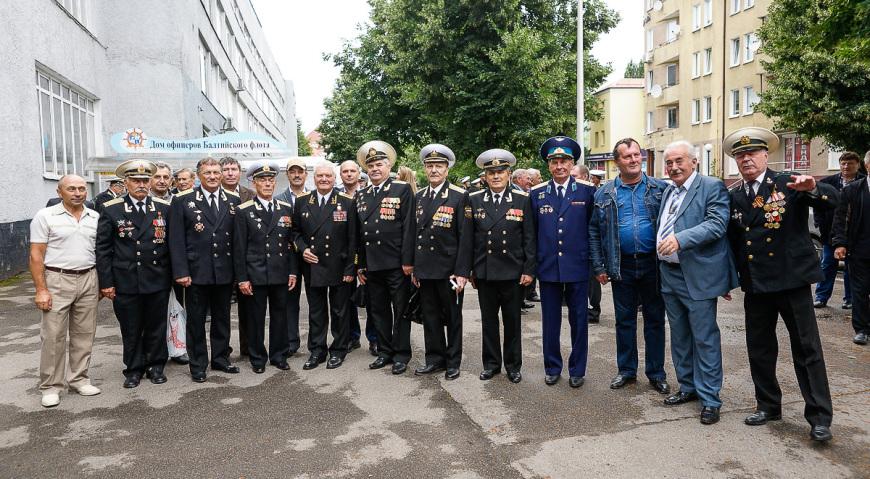 Ветераны Морской авиации у Дома офицеров Балтийского флота