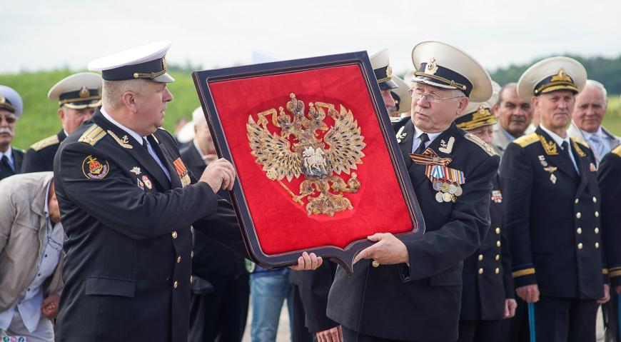 Герб России из янтаря в подарок лётчикам