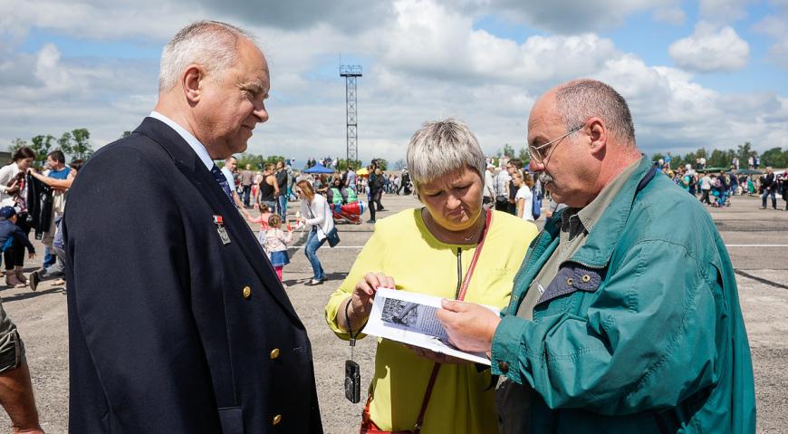 С директором музея первого гвардейского минно-торпедного полка в Копорье капитаном 1-го ранга запаса Шумом Николаем Степановичем