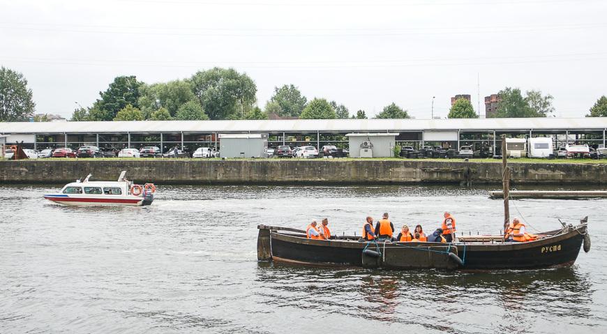 Пргулочная лодка с туристами