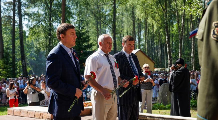Руководители делегаций возложили цветы к памятнику молодёжной интернациональной подпольной организации деревни Прошки, на белорусской стороне