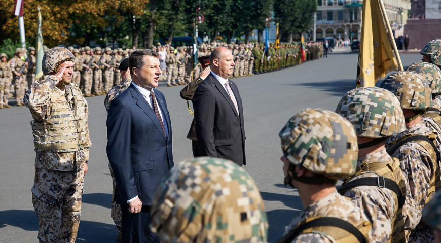 Принимал парад президент Латвии Раймонд Вейонис