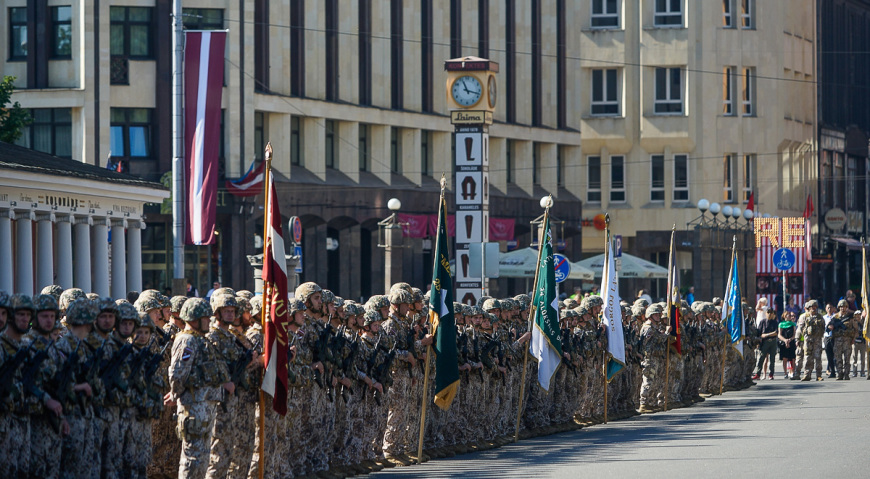 Войска Земессардзе построенны для парада