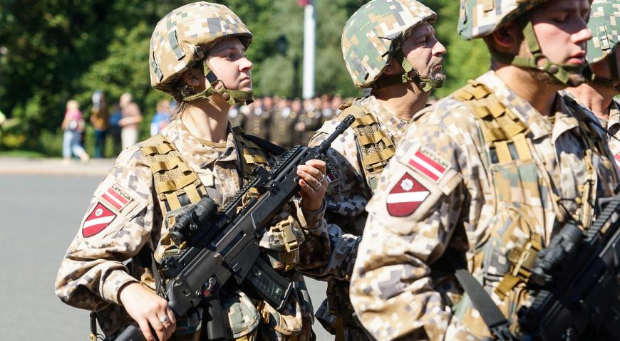 Боец Земессардзе с немецкой винтовкой G36