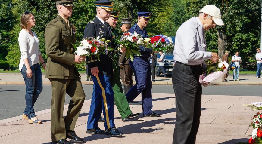 Военные атташе России и США возложили цветы к Памятнику Свободы
