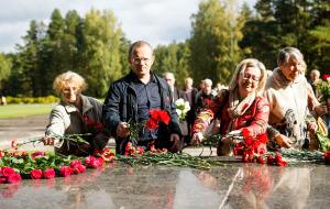 Церемония у мемориала в Саласпилсе