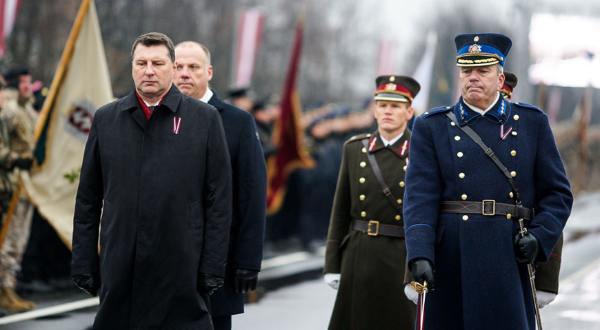 Президент, адьютант, министр обороны, командующий вооружёнными силами и командующий парадом обходят построенные войска