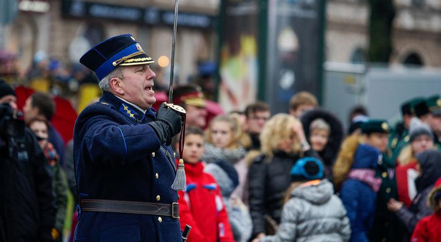 Командовал парадом командир Авиационной базы воздушных сил полковник Армандс Сталтупс