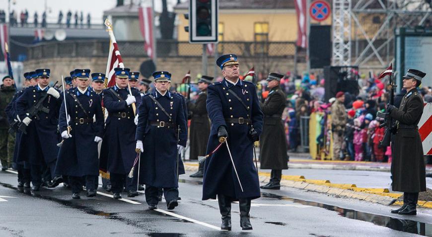 Знамя Латвийской армии несли представители Авиационной базы воздушных сил