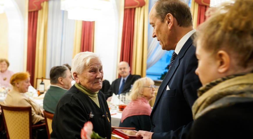 Посол России в Латвии Александр Вешняков вручил медали ветеранам