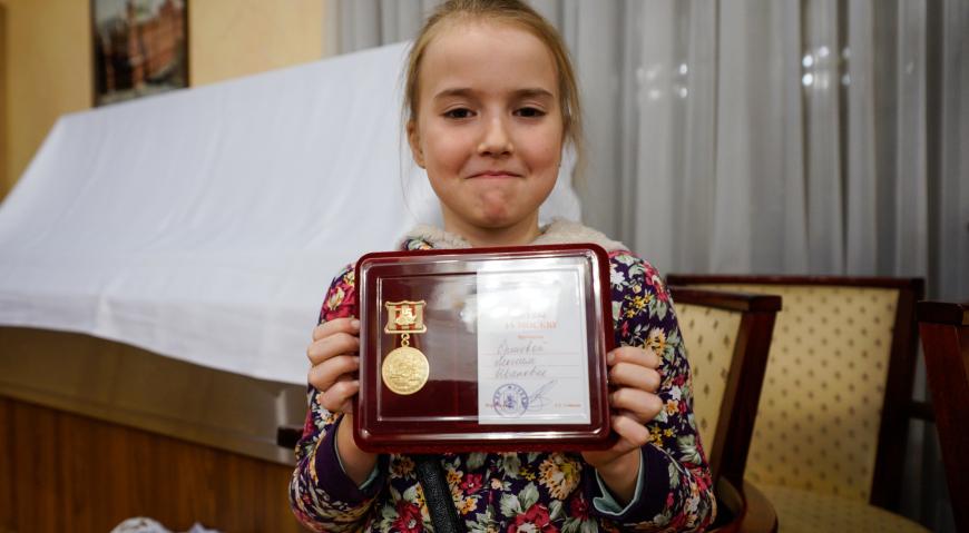 Правнучка ветерана войны с медалью