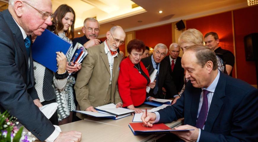 Александр Вешняков подписал книгу о себе