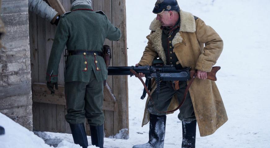 Ручной пулемёт MG-08/15 несут на позицию