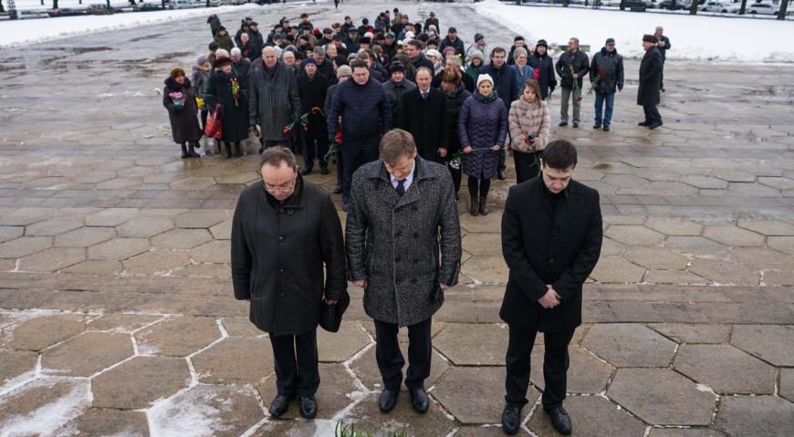 У Памятника Освободителям собралось около 150 человек