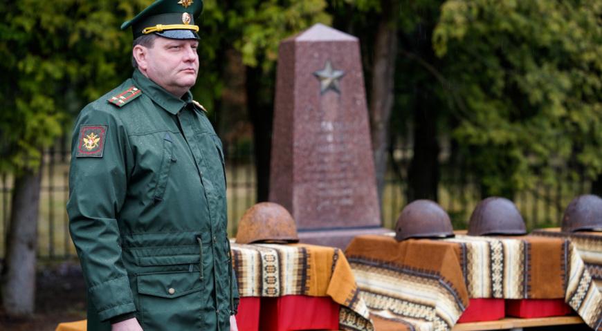 Митинг вёл военный атташе России полковник Лобов Андрей Николаевич