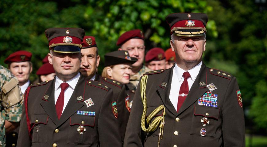 Командир Военной полиции полковник Талис Майорс (справа)