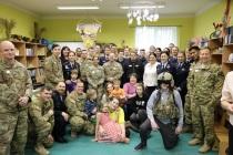 Благотворительный визит солдат США в детский центр
