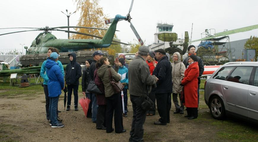 Люди прибывают на экскурсию в Музей авиации