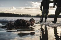 Упражнение для батальона пехоты — прыжок в прорубь