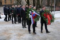 Цветы к памятнику воинам-интернационалистам