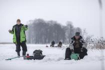 Соревнования по подлёдному лову на озере в Алуксне
