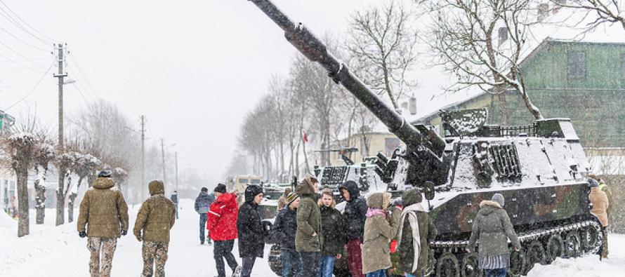 Для 155-мм гаубиц подвезли снаряды