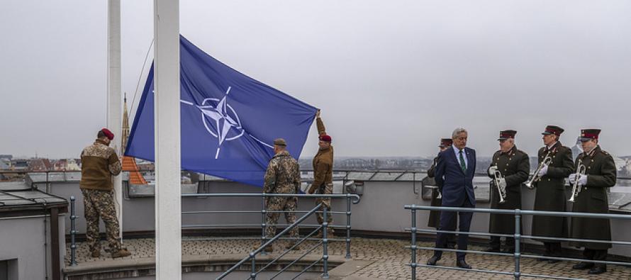 Флаг НАТО над башней Святого Духа Рижского замка