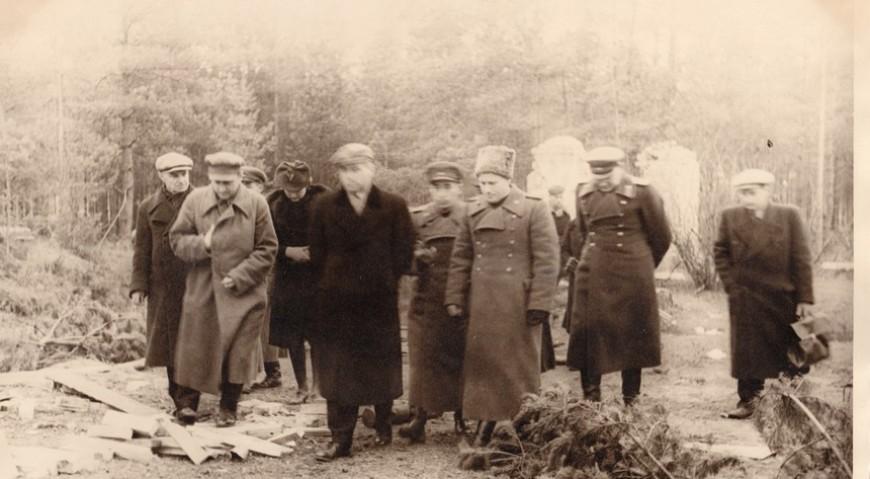 Члены Чрезвычайной республиканской комиссии обследуют Гарнизонное кладбище в Саласпилсе