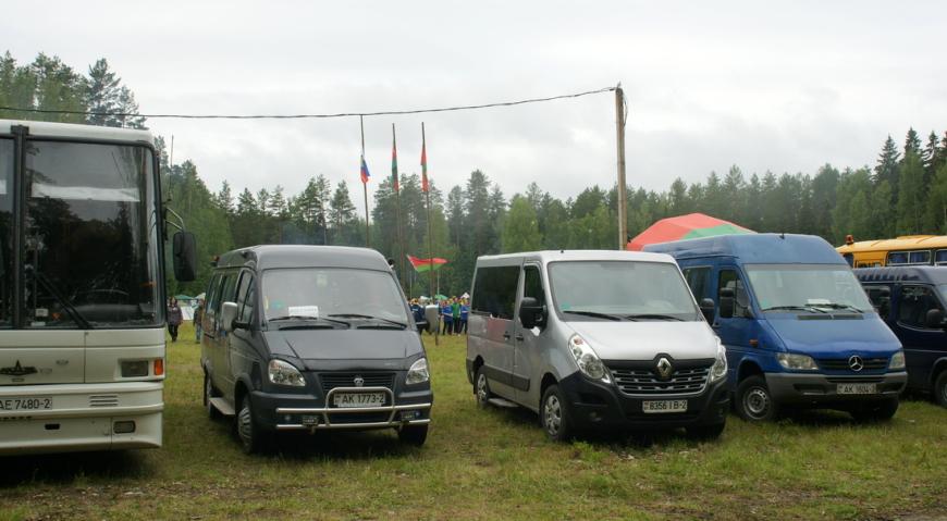 Стоянка автомашин на Кургане дружбы