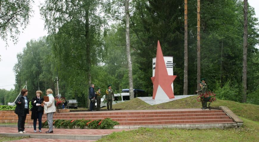 Памятник подпольной организации деревни Прошки на белорусской стороне