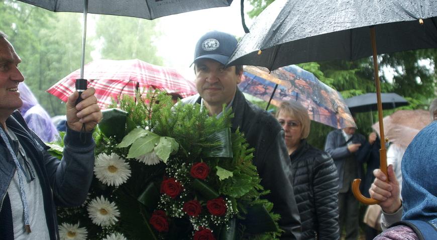 Свой венок возложили и участники Балтийского географического общества