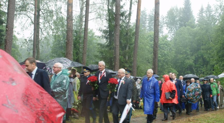Высокие гости возложили цветы к памятникам партизанам
