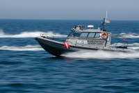 Пограничники оказали помощь катеру в море
