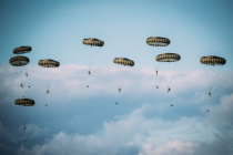 100 парашютистов приземлились на аэродроме Нурми в Эстонии